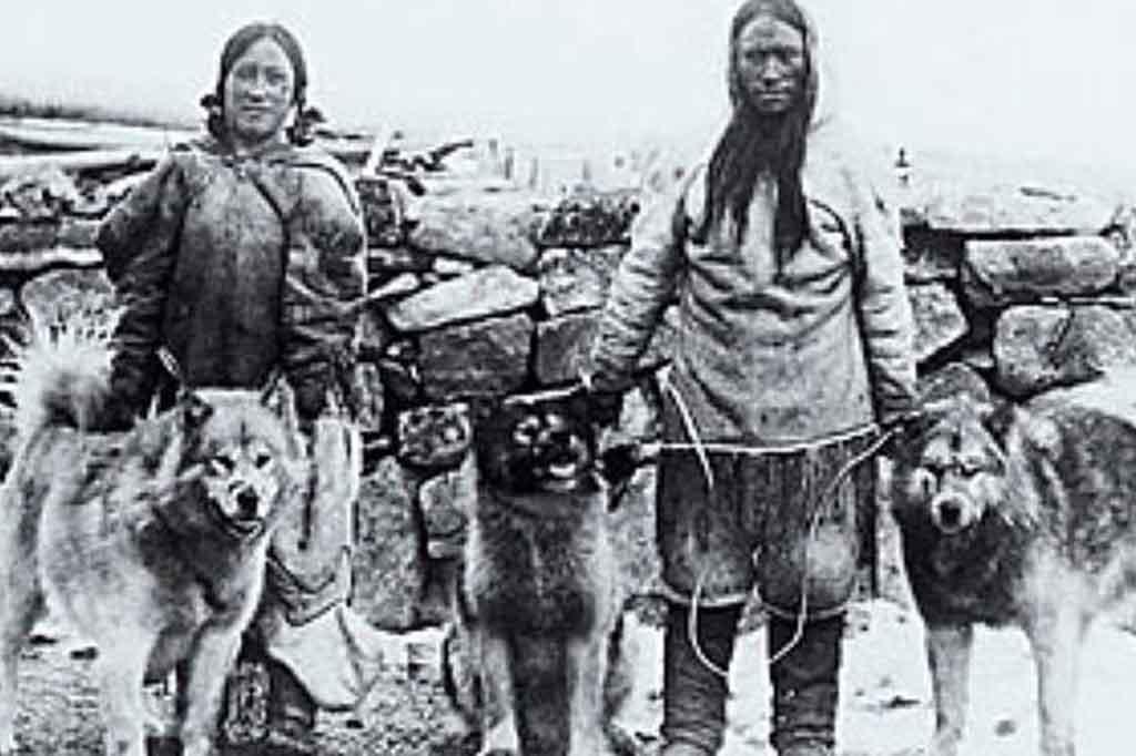 كلاب ملموت ألاسكي مع السكان المحليين